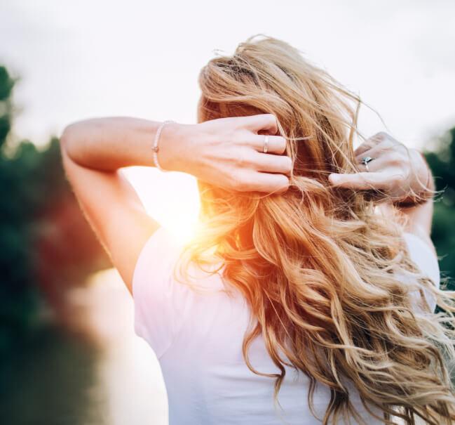 femme avec des très beaux cheveux grâce à Keranat